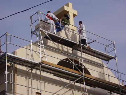 Kříž na kostele v Šumné