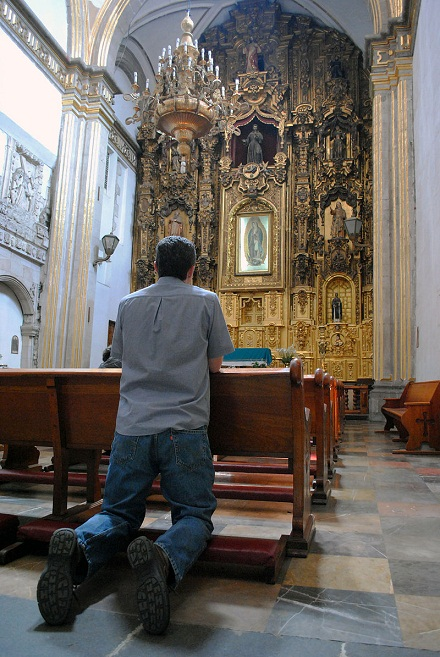 A Catholic believer prays in a church in Mexico, ProtoplasmaKid, CC BY-SA 4.0, en.wikipedia